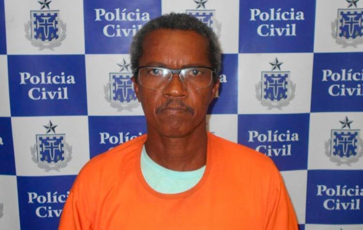Caseiro foi preso no interior, para onde fugiu; faca usada no crime foi apreendida - Foto: Divulgação   Polícia Civil