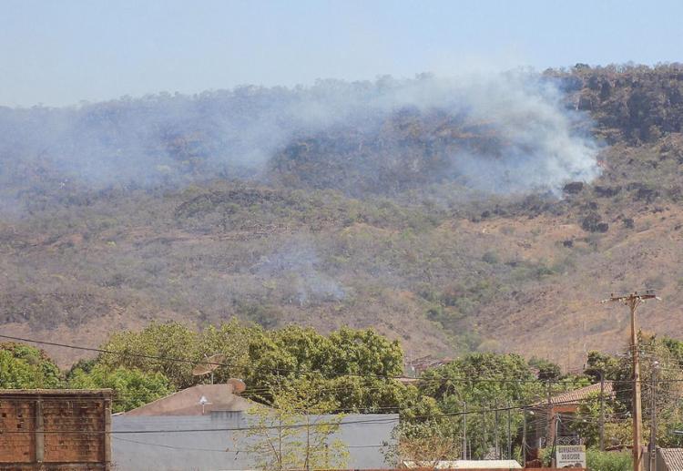Cerca de 50 hectares do bioma de Cerrado foram destruídos pelo fogo que começou na sexta passada - Foto: Miriam Hermes l Ag. A TARDE