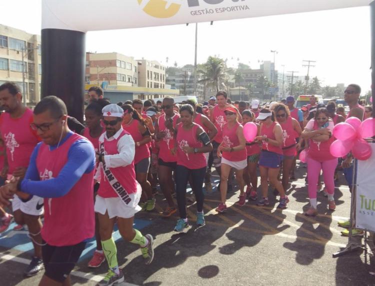 Competidores vestem rosa durante a corrida para chamar atenção para combate ao câncer de mama - Foto: Divulgação