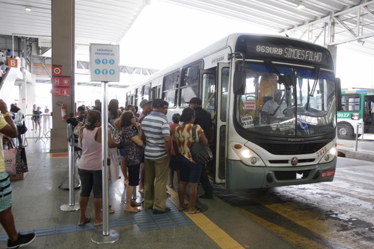 Os ônibus continuarão com rota na orla de Salvador, mas terão horários e pontos finais alterados - Foto: Luciano da Matta | Ag. A TARDE