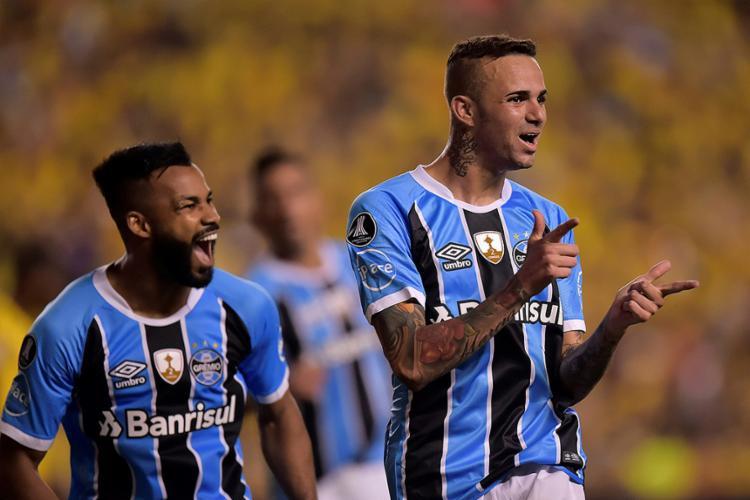 Em seu 3º jogo nos últimos 30 dias, Luan (D) teve grande atuação, com 2 gols - Foto: Rodrigo Buendia l AFP