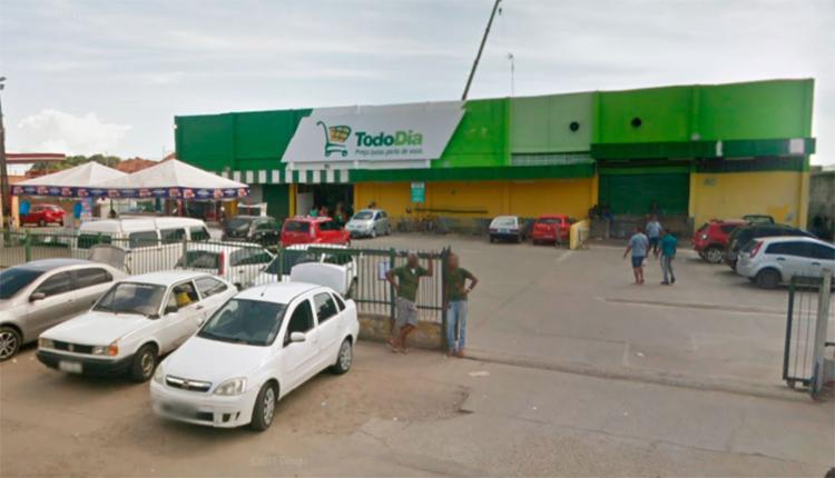 Os criminosos fugiram em duas kombis levando várias mercadorias do estabelecimento - Foto: Reprodução | Google Maps