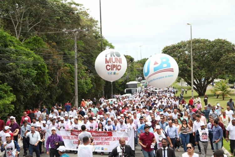 Mais de 350 gestores baianos marcham da UPB até a AL-BA exigindo que estado cumpra a lei - Foto: Divulgação l UPB
