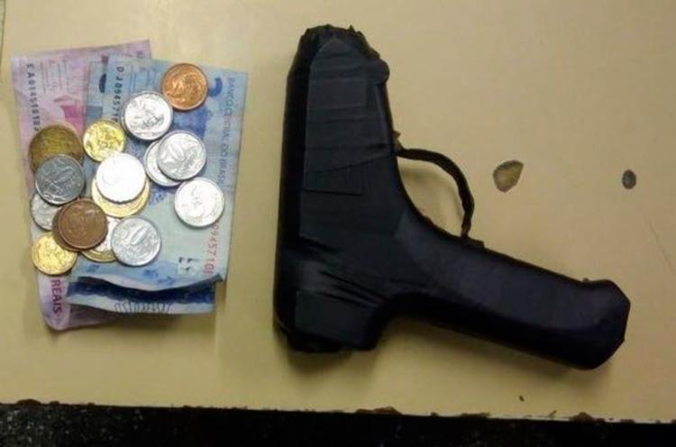 Durante a revista foi encontrado o objeto e identificado como um simulacro de revólver - Foto: Divulgação | SSP-BA