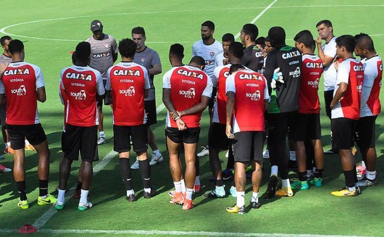 Mancini orienta seus atletas antes do treino - Foto: Maurícia da Matta l EC Vitória
