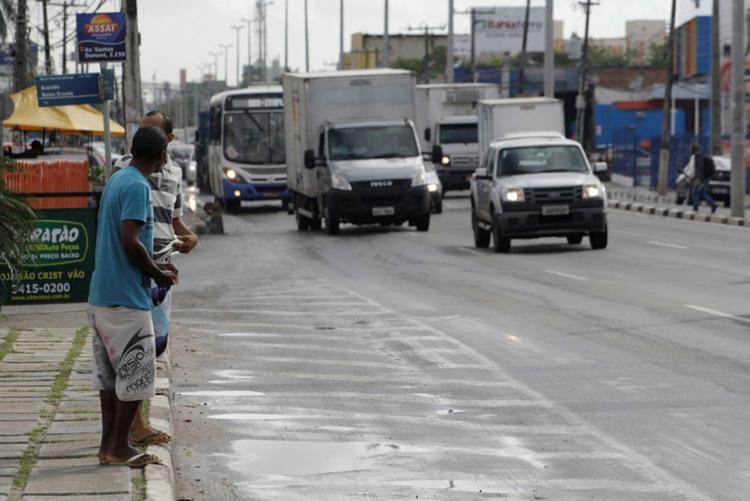 Permanecer, andar ou cruzar pistas onde não é permitido vai gerar multa de R$ 44,19 (50% da infração leve) - Foto: Adilton Venegeroles   Ag. A TARDE   17.03.2017