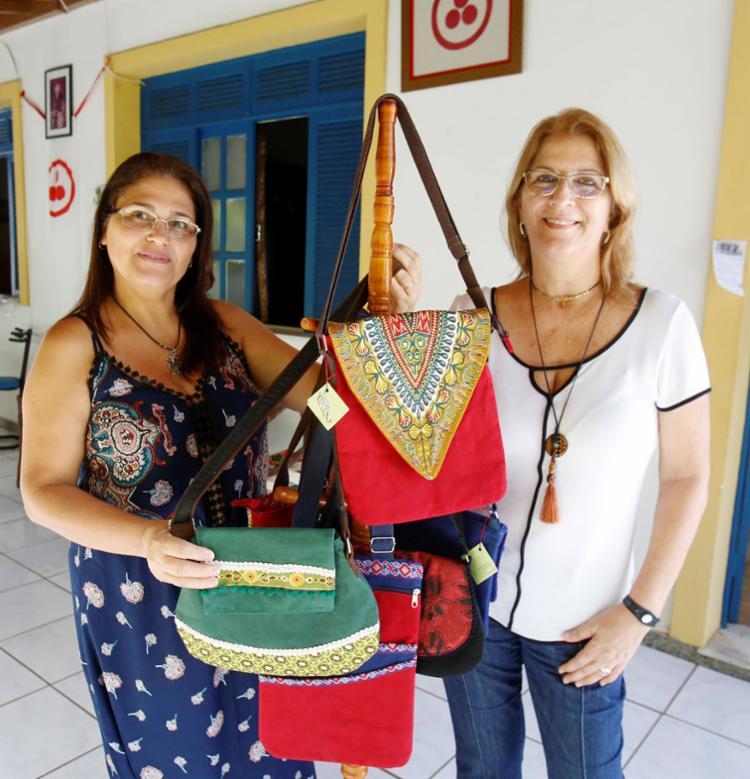 Empreendedoras Valdete Maia e Denise Noronha apostam nas bolsas coloridas de tecidos - Foto: Luciano da Matta | Ag. A TARDE