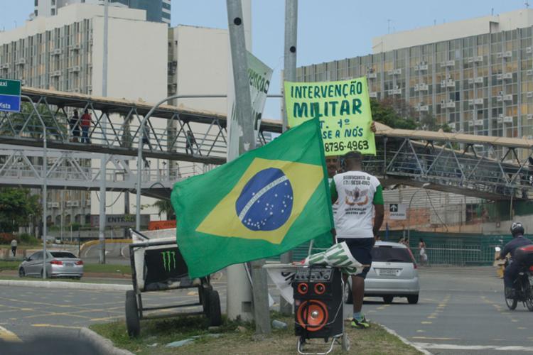 Com som, cartaz e bandeira do Brasil, dupla fez ato isolado na avenida Tancredo Neves - Foto: Alessandra Lori | Ag. A TARDE