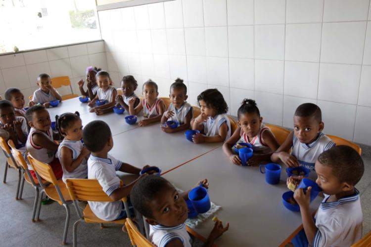 A CMEI Hélio Viana, em Coutos, é uma das escolas onde a merenda é ofertada pela Nutriplus - Foto: Margarida Neide | Ag. A TARDE | 21.09.2017