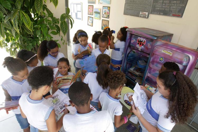 As crianças vão em busca de livros no intervalo das aulas na Escola Adalto Pereira, no bairro de Nova Brasília - Foto: Luciano da Matta | Ag. A TARDE | 25.09.2017