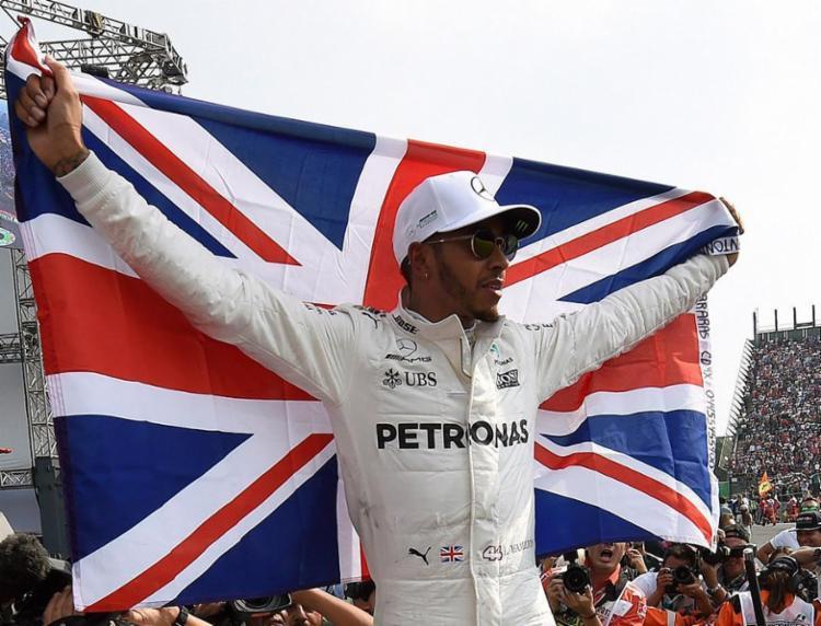 Britânico descartou aposentadoria após o título - Foto: Alfredo Estrella | AFP
