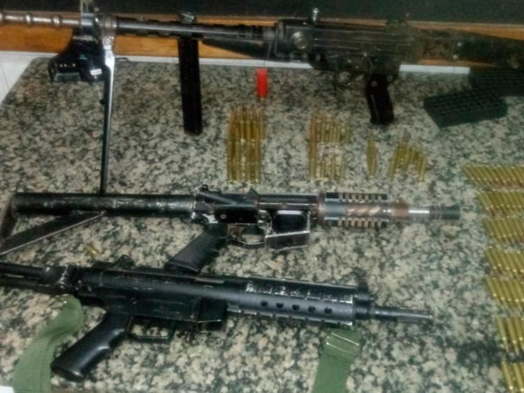 Armas foram encontradas dentro do carro abandonado no matagal - Foto: Divulgação | Polícia Civil