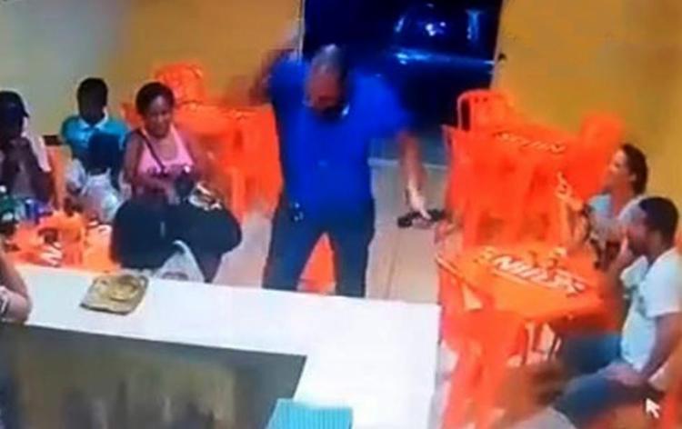 Sem se intimidar com a presença de clientes no bar, Beto atacou Olinda a facadas - Foto: Divulgação l Polícia Civil