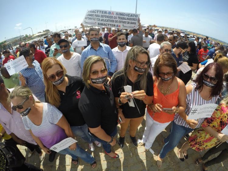 Motoristas da Uber protestam contra PL 28 que será votada no Senado - Foto: Mila Cordeiro | Ag. A TARDE