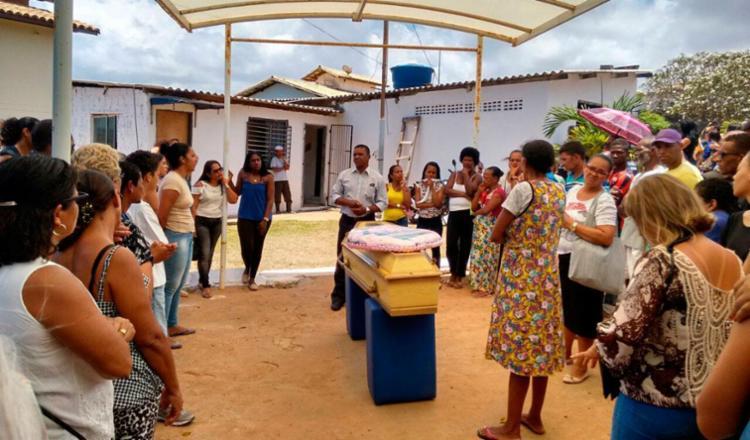Corpo de Aline Simas foi sepultado no Cemitério Municipal de Itapuã - Foto: Raul Aguilar | Ag. A TARDE