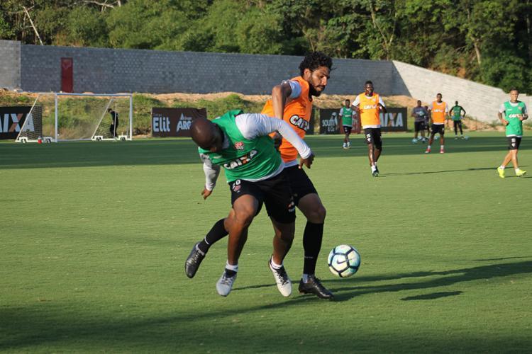 Reforçar a defesa, que tem Wallace (D) como líder, é tarefa primordial no Leão - Foto: Maurícia da Matta l EC Vitória