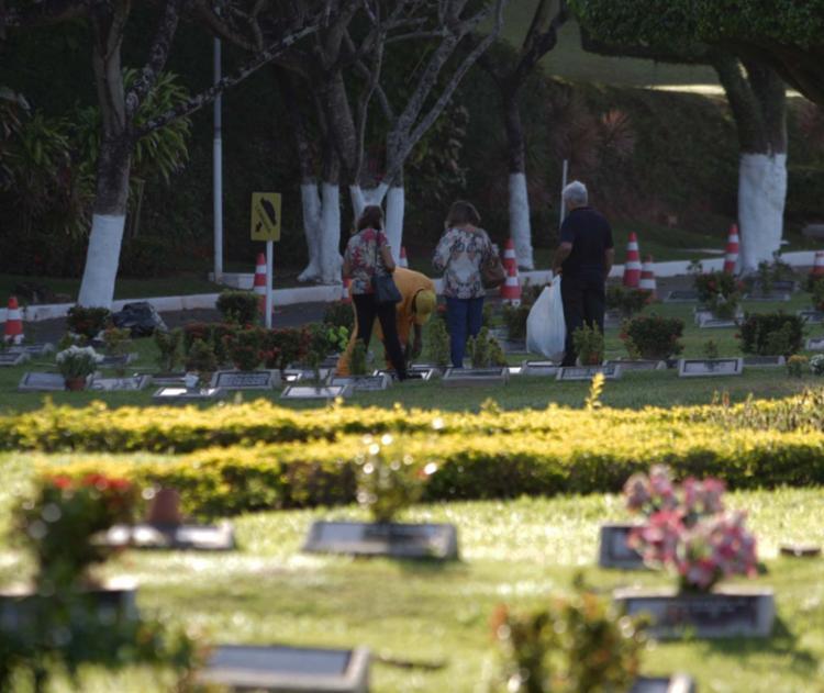 Funcionário atua na limpeza do cemitério Jardim da Saudade, no bairro de Brotas - Foto: Adilton Venegeroles | Ag. A TARDE | 30.10.2017