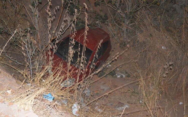 Por conta do impacto, o carro caiu em um canal em Luís Eduardo Magalhães - Foto: Elvis Araújo | Blog do braga