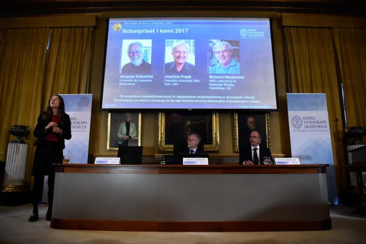Jacques Dubochet, Joachim Frank e Richard Henderson ganharam o prêmio - Foto: Jonathan Nackstrand | AFP