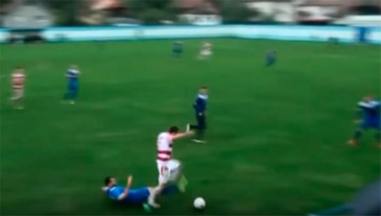 O jogador foi ferido após receber uma forte entrada em uma partida de futebol - Foto: Reprodução   YouTube