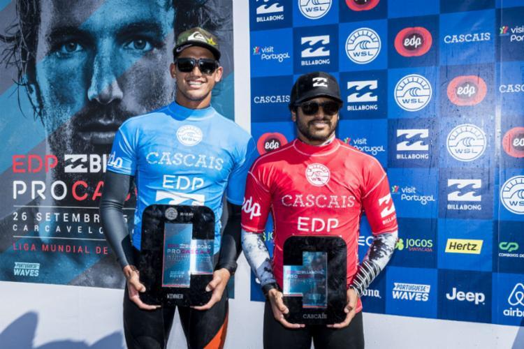 Ezekiel e Italo exibem troféu, depois de vitória apertada do australiano - Foto: WSL | Poullenot
