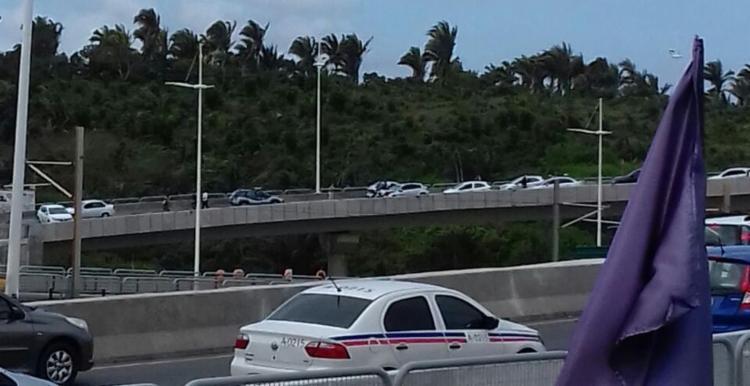 Leitor registra momento em que viatura sobe o viaduto na contramão - Foto: Cidadão Repórter | Via WhatsApp