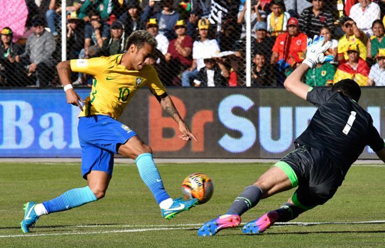 Goleiro boliviano parou o craque brasileiro - Foto: Aizar Raldes | AFP