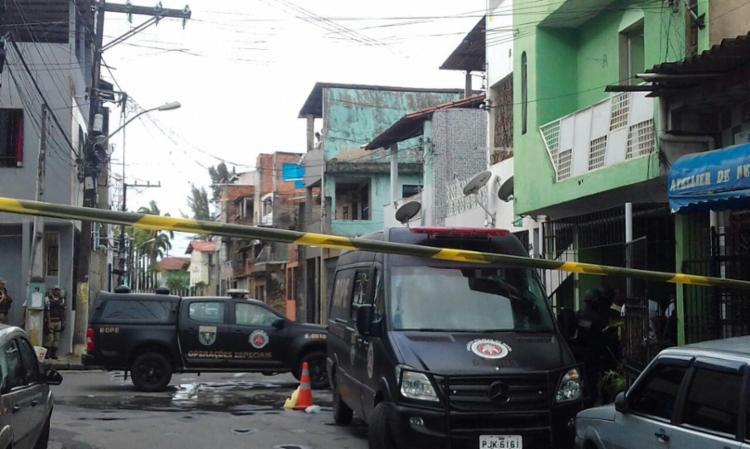 Agentes do Bope estão no local para tentar negociação com a suspeita - Foto: Joá Souza | Ag. A TARDE | 06.10.2017