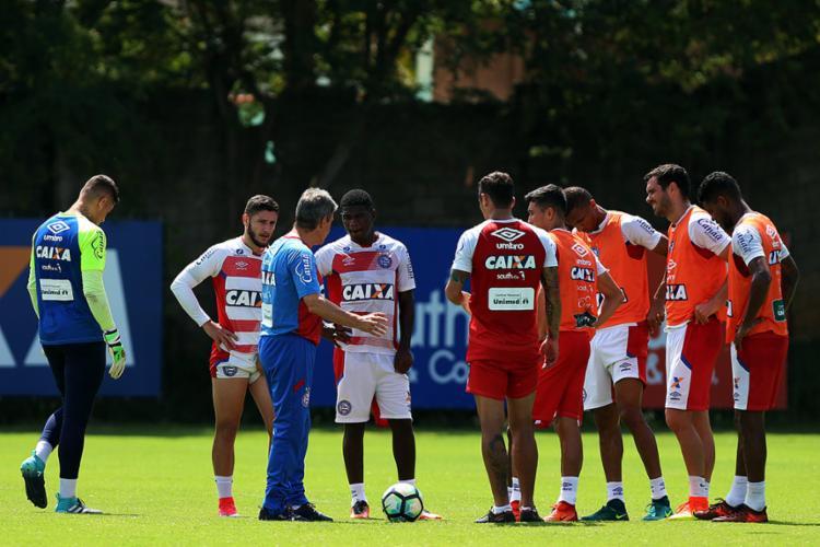 O técnico parou o treino algumas vezes para orientar a equipe - Foto: Felipe Oliveira l EC Bahia