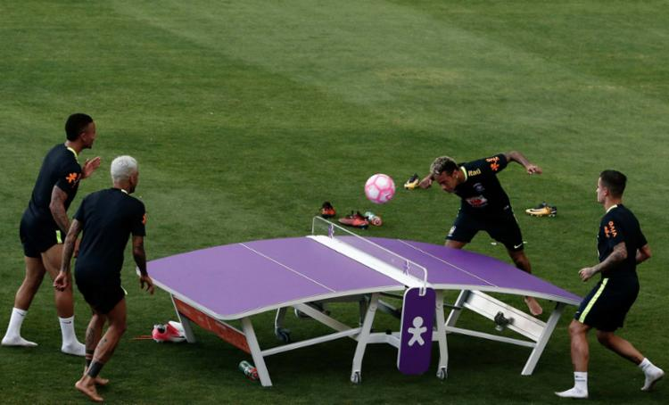 Jogadores como Neymar e Daniel Alves brincaram durante o treino leve - Foto: Miguel Schincariol | AFP