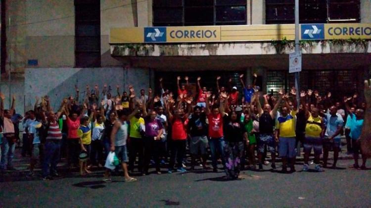 Funcionários dos Correios festejam o reajuste do salário e demais benefícios - Foto: Divulgação | Sincotelba