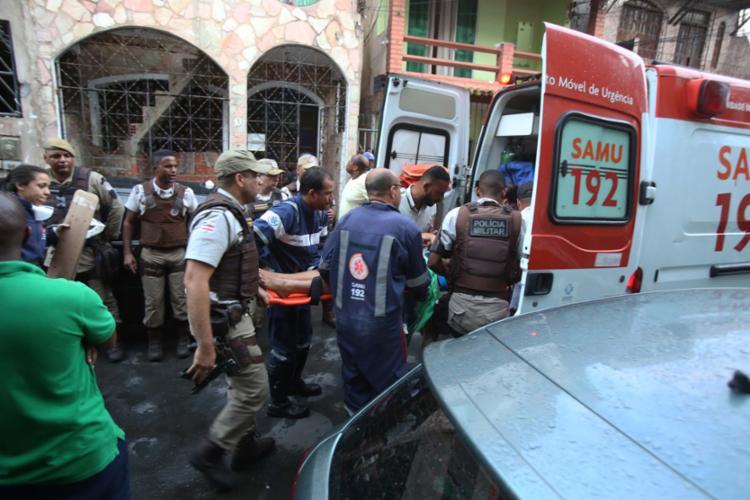 Mulher foi atendida pelo Samu e levada a uma unidade de saúde após pular do 1º andar - Foto: Joá Souza | Ag. A TARDE | 06.10.2017