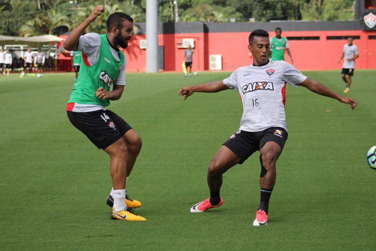 Juninho (D) treinou com o time titular - Foto: Maurícia da Matta | EC Vitória