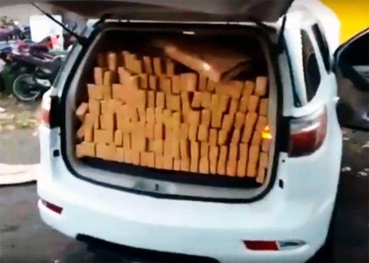 A droga foi encontrada nos bancos traseiros e no porta-malas do veículo - Foto: Divulgação | PRF
