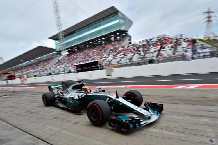 Pole foi uma grande conquista para Hamilton, que pode disparar no campeonato - Foto: Kazuhiro Nogi | AFP