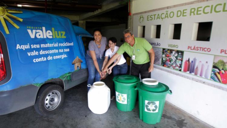 A síndica Elane Graziele (ao centro) incluiu o óleo usado entre os itens da central de reciclagem - Foto: Luciano da Matta | Ag. A TARDE