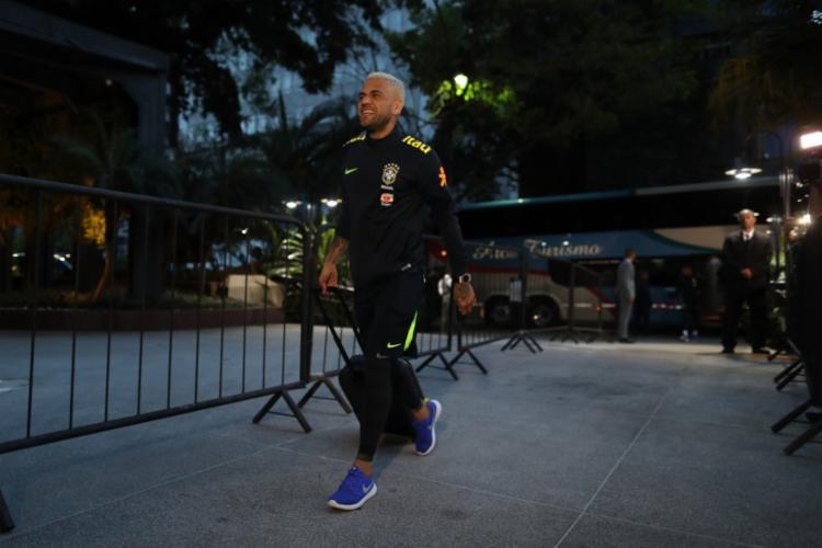 Daniel Alves durante desembarque da equipe em São Paulo na sexta, dia 6 - Foto: Lucas Figueiredo   CBF   06.10.2017