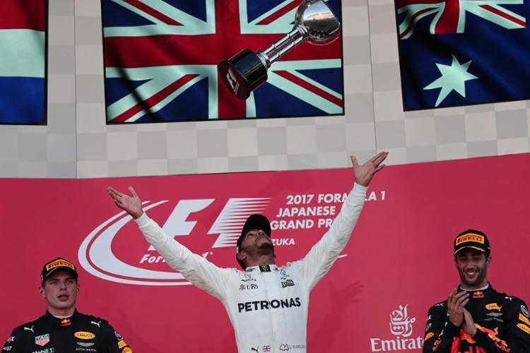 Hamilton celebra mais uma vitória na temporada - Foto: Behrouz Mehri | AFP