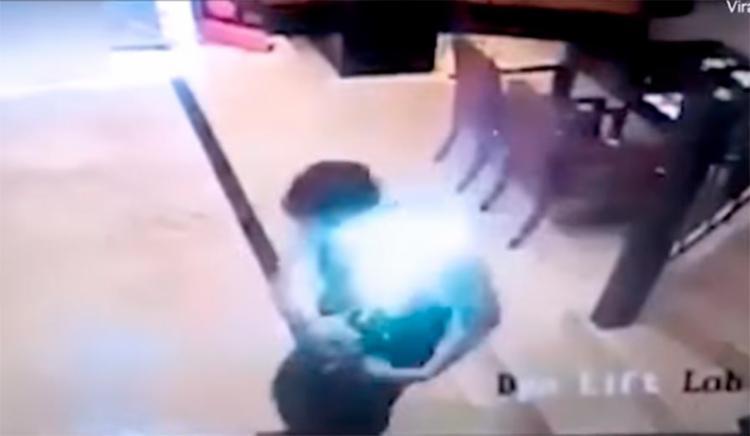 O homem ainda tentou tirar o aparelho do bolso da camisa - Foto: Reprodução | YouTube