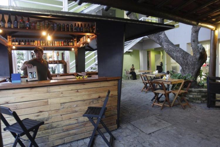 O PeixeGato Bar, na Barra, vende cervejas artesanais baianas - Foto: Margarida Neide / Ag. A TARDE