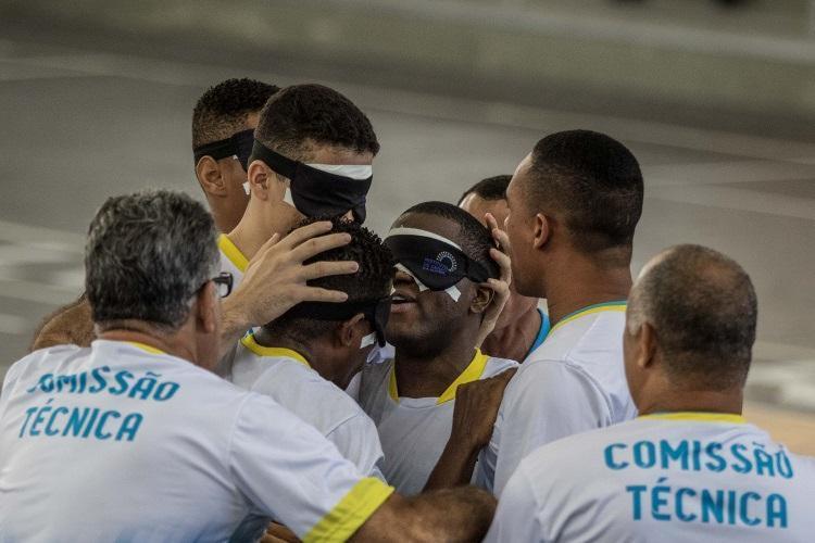 Jefinho, no centro, é abraçado após marcar pelo time baiano - Foto: Daniel Zappe / CPB