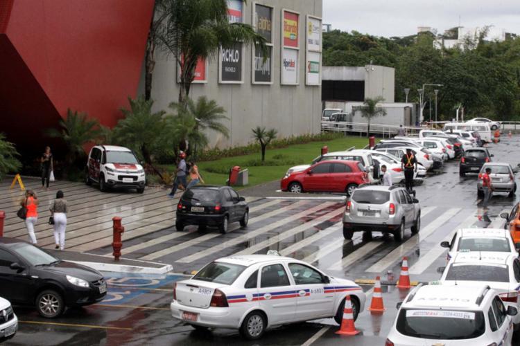 Segurança vistoria estacionamento do Shopping Paralela, onde um policial foi assassinado dia 28 - Foto: Luciano da Matta | Ag. A TARDE
