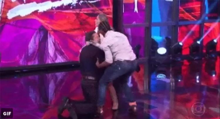 Faustão não esperava atitude de Galisteu e acabou caindo no palco - Foto: Reprodução | Twitter