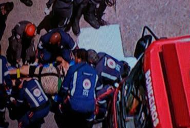Motorista fica ferida após o carro bater em posto no Acesso Norte