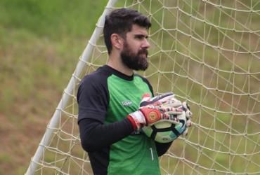 Fernando Miguel e Kanu treinam entre titulares e devem iniciar partida
