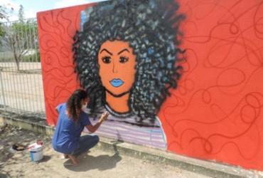 Estudantes da rede estadual de Jacobina usam o grafite para intervenções artísticas no muro da escola