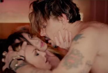 Johnny Depp aparece fazendo sexo com duas mulheres em clipe
