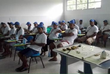 Pescadores recebem habilitação naval e acesso a programas sociais