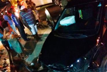 Dupla fica presa às ferragens após roubar e bater carro de ex-comandante da PM
