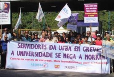 Servidores em greve fazem assembleia e passeata nesta quinta